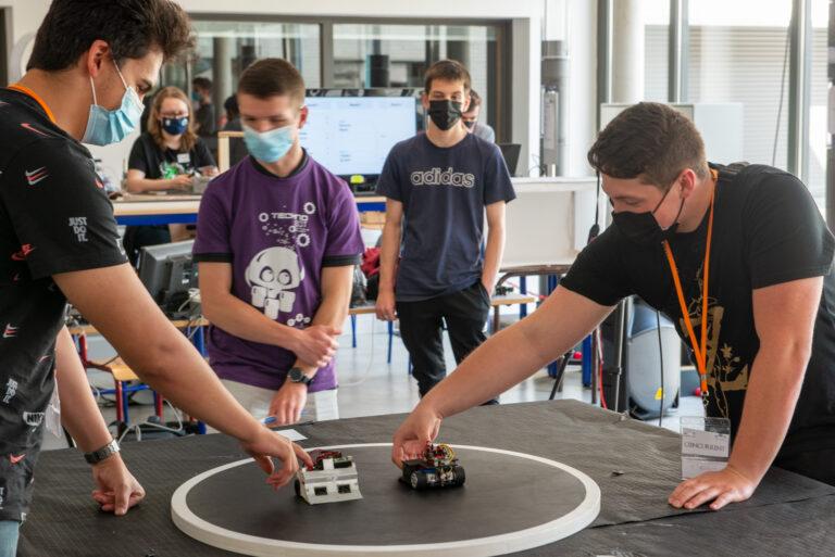 OZ-2019 (gauche) et Trobot (finaliste, à droite) se préparent